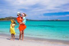 Будьте матерью и 2 дет на пляже на солнечный день Стоковое фото RF