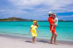 Будьте матерью и 2 дет на пляже на солнечный день Стоковое Фото