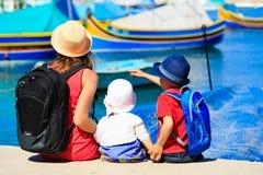Будьте матерью и 2 дет смотря традиционные шлюпки Стоковые Фото
