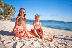 Будьте матерью и 2 прелестных дет на пляже на солнечный день Стоковые Изображения RF