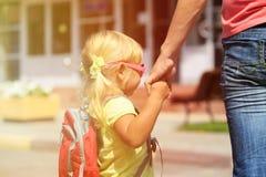 Будьте матерью идя маленькой дочери к школе или daycare Стоковое Фото