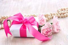 Будьте матерью карточки праздника дня ` s, подарочной коробки с смычком, розовыми гвоздиками Стоковая Фотография RF