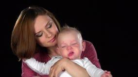 Будьте матерью нежно целовать ее милого newborn сына младенца черный конец вверх сток-видео