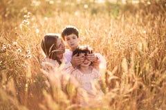 Будьте матерью обнимать ее сына и дочери в пшеничном поле Стоковое Изображение RF