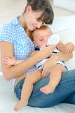 Будьте матерью подавать 3 месяца старого младенца от бутылки Стоковое Изображение RF