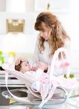 Будьте матерью подавая младенца с подавая бутылкой в кухне Стоковое Изображение RF