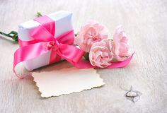 Будьте матерью предпосылки дня ` s, подарочной коробки, 3 розовых гвоздик, бумаги Стоковое Изображение RF