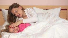 Будьте матерью приласкайте ее девушку ребенка лежа в кровати для того чтобы сделать для того чтобы упасть уснувший видеоматериал