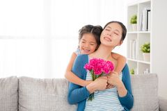Будьте матерью сидеть на софе в живущей комнате Стоковые Изображения RF