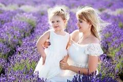 Будьте матерью усмехаться к ее дочери на поле лаванды Стоковое Изображение
