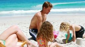 Будьте отцом и его дети строя замок песка сток-видео