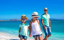 Будьте отцом и 2 дет во время их тропических каникул Стоковое Фото