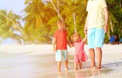 Будьте отцом и 2 дет идя на пляж лета Стоковые Изображения