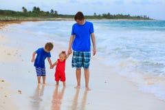 Будьте отцом и 2 дет идя на пляж Стоковые Изображения