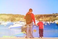 Будьте отцом и 2 дет смотря традиционные шлюпки в Мальте Стоковое Изображение