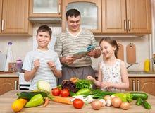 Будьте отцом и 2 дет читая варящ блюда книги и выбора Стоковое Изображение RF