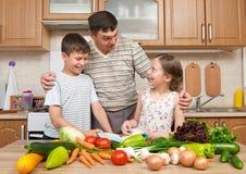 Будьте отцом и 2 дет читая варящ блюда книги и выбора Стоковые Изображения