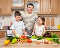 Будьте отцом и 2 дет читая варящ блюда книги и выбора Стоковые Фотографии RF