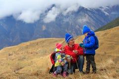 Будьте отцом при 2 дет в горах зимы Стоковое Изображение