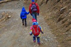 Будьте отцом при 2 дет в горах зимы Стоковые Фотографии RF