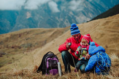 Будьте отцом при 2 дет в горах зимы Стоковое фото RF