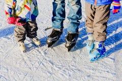 Будьте отцом при 2 дет катаясь на коньках в зиме, спорте семьи Стоковые Изображения