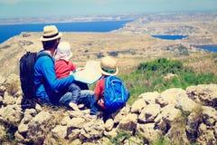 Будьте отцом при 2 дет смотря карту в горах Стоковая Фотография RF