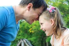 Будьте отцом при дочь имея потеху в парке Стоковое фото RF