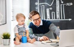 Будьте отцом сына бизнесмена и младенца работая на компьютере Стоковые Фото