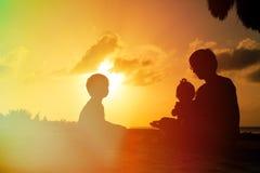 Будьте отцом с 2 детьми, мальчиком и девушкой, играя на Стоковые Изображения