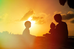 Будьте отцом с 2 детьми, мальчиком и девушкой, играя на Стоковое Изображение