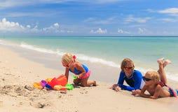Будьте отцом с песком игры детей на пляже лета Стоковое Фото