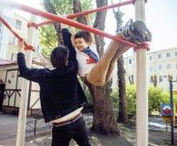 Будьте отцом с сыном на тренировке спортивной площадки, счастливой семьей усмехаясь снаружи, концепция людей образа жизни Стоковые Фото