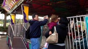 Будьте отцом фотографировать для семьи играя автомобили бампера сток-видео