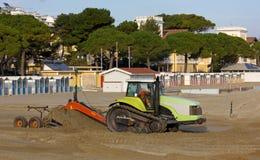 Бульдозеры на работе на пляже стоковое изображение