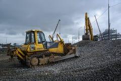 Бульдозер двигает гравий на строительной площадке стоковое изображение rf