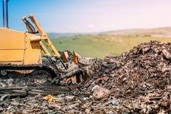 бульдозер выравнивая земли отброса Сверхмощное машинное оборудование работая на строительной площадке Стоковые Фотографии RF