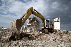 Бульдозер извлекает твердые частицы от подрывания покинутых зданий Стоковое Изображение RF