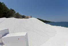 Бульдозер на мраморном карьере на острове стоковые изображения rf