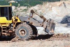 Бульдозер работая в угольных шахтах Стоковые Фото