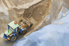 Бульдозер работая на песке и поле утеса в пользе строительной площадки для дороги и инженерного сооружения и освоения земель, мини Стоковое фото RF