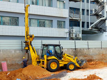 Бульдозер с снаряжением кучи скважины на строительной площадке стоковое фото rf