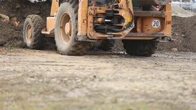 Бульдозер транспортирует землю видеоматериал