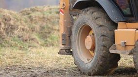 Бульдозер транспортирует землю акции видеоматериалы