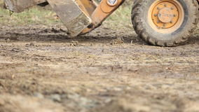 Бульдозер транспортирует землю сток-видео