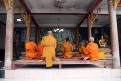 Будда молит к Стоковые Изображения RF