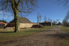 Бывшие дом и амбар экипажа на землях дворца в Griebenow, Mecklenburg-Vorpommern, Германии Стоковое Изображение RF