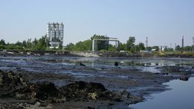 Бывшие ядовитые отходы сброса, природа влияний от загрязненной почвы и вода с химикатами и маслом, экологическими видеоматериал