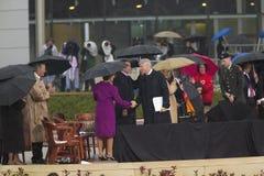 Бывший президент США Bill Clinton трястиет руки с Лаура Bush во время грандиозной церемонии открытия центра J Клинтон Presiden Стоковая Фотография RF