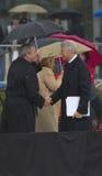 Бывший президент США Bill Clinton трястиет руки с президентом Джордж Буш во время грандиозной церемонии открытия центра J Буш во  Стоковые Фото